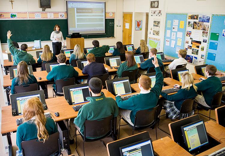 Học sinh Mỹ học tập thông qua thiết bị công nghệ.