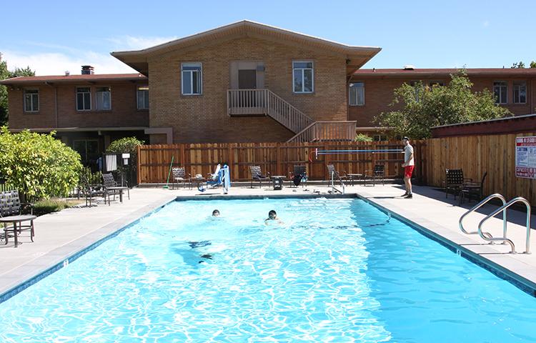 Trường nội trú Mỹ có các khu vực tiện ích như phòng tự học, khu hồ bơi, sân chơi thể thao...