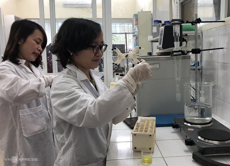 TS Nguyễn Thị Ngoan (bìa phải) và đồng nghiệp tại phòng thí nghiệm Viện Hóa học. Ảnh: HV