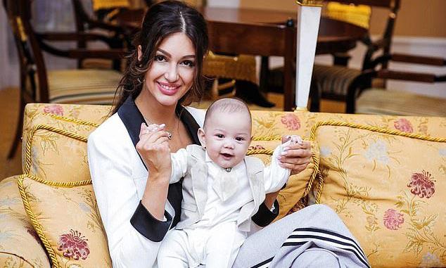 Oksana và con trai Leon tại Moskva. Ảnh: East2west news.