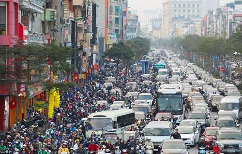 Các phương tiện giao thông chen lấn trên phố Xã Đàn, Hà Nội.Ảnh: Ngọc Thành.