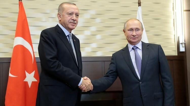 Tổng thống Thổ Nhĩ Kỳ Recep Tayyip Erdogan (bên trái) bắt tay Tổng thống Nga Vladimir Putin (bên phải) tại Sochi, Nga hôm 22/10. Ảnh: AFP
