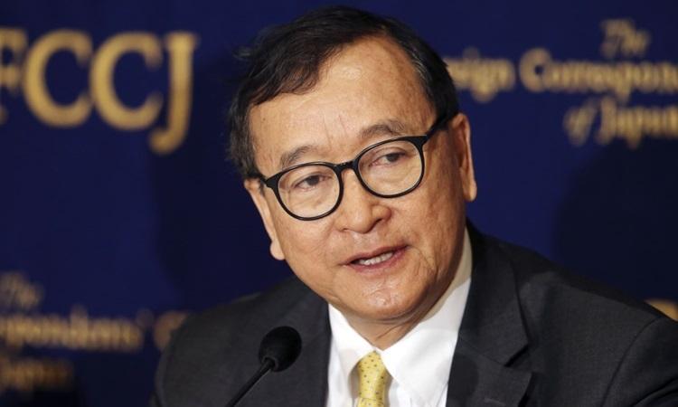Thủ lĩnh đối lập Campuchia Sam Rainsy phát biểu trong một cuộc họp báo ở Tokyo, Nhật Bản tháng 4/2018. Ảnh: AP.