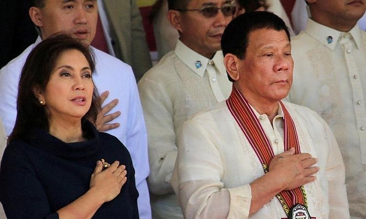 Tổng thống Philippines Duterte (hàng trước, bên phải) và Phó tổng thống Robredo (áo đen) tại lễ chào cờ ở Học viện Cảnh sát Philippines ngày 24/3/2017. Ảnh: Reuters.