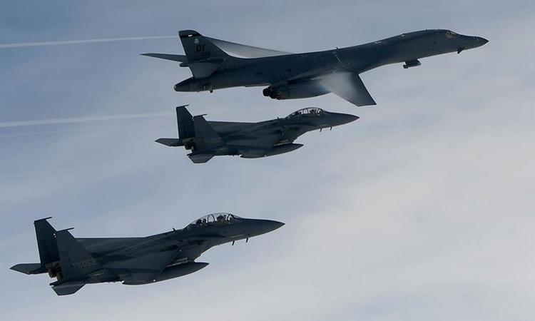 Oanh tạc cơ B-1B của Mỹ cùng hai chiến đấu cơ của Hàn Quốc trong một cuộc tập trận hồi năm 2017. Ảnh:Yonhap.