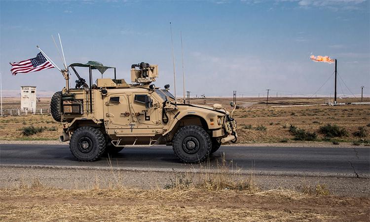 Thiết giáp Mỹ tuần tra quanh một mỏ dầu khí ở miền đông Syria ngày 28/10. Ảnh: AP.