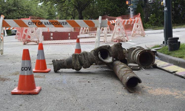 Đường ống dẫn nước cũ kỹ ở Đại lộ 12 phía Đông Vancouverđược thay thếhồi tháng 7/2019. Ảnh:AP