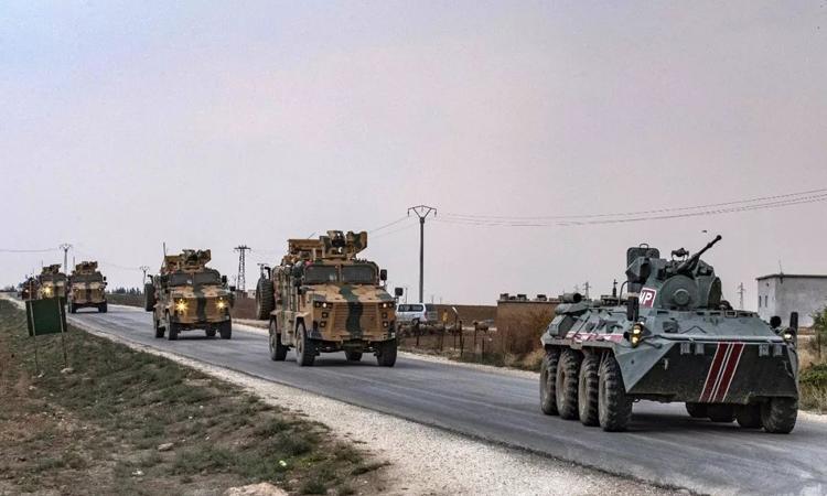 Các phương tiện của quân đội Nga và Thổ Nhĩ Kỳ tuần tra tại thị trấn Darbasiyah, đông bắc Syria hôm 1/11. Ảnh: AFP.