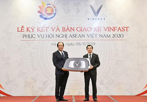 Bộ trưởng Chủ nhiệm Văn phòng Chính phủ Mai Tiến Dũng - Phó Chủ tịch Ủy ban Quốc gia ASEAN 2020 nhận chìa khóa tượng trưng xe VinFast sáng 6/11.