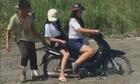 Hai cô gái trẻ sa lầy vì chạy xe vào ÄÆ°á»ng Äang Äá» bê tông