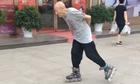 Cụ ông trượt patin Äiêu luyá»n trên phá»