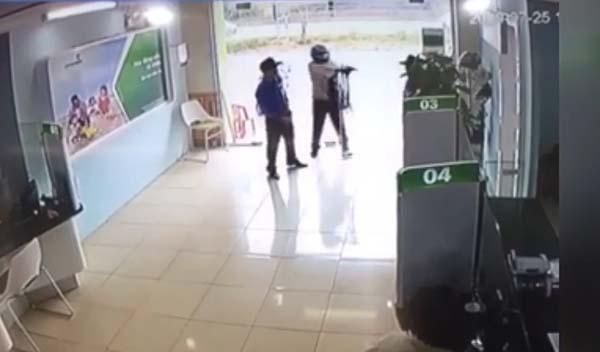 Đào Xuân Tư nổ súng sau khi xông vào ngân hàng.Ảnh chụp màn hình.