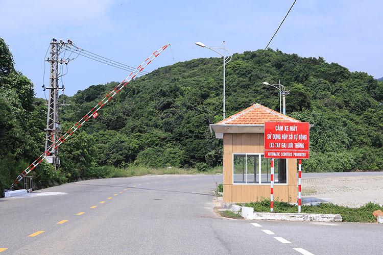 Chính quyền Đà Nẵng đặt các trạm gác tại ba tuyến đường chính dẫn lên đỉnh Bàn Cờ. Ảnh: Nguyễn Đông.