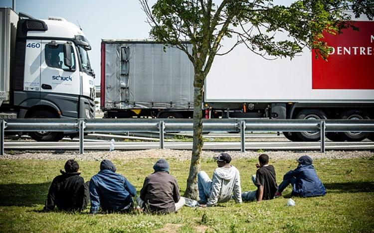 Những người nhập cư trái phép chờ đợi thời cơ lẻn vào thùng xe tải tại Calais, Pháp. Ảnh: Telegraph.