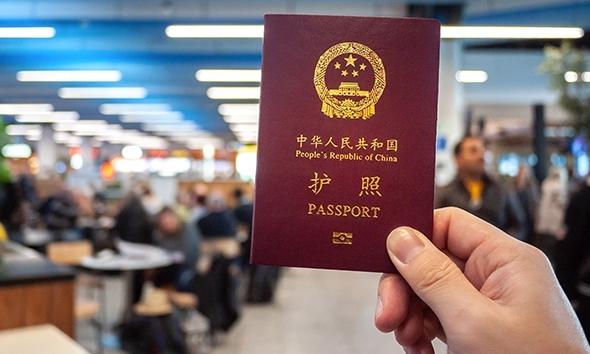 Một người cầm hộ chiếu Trung Quốc. Ảnh: AFP.