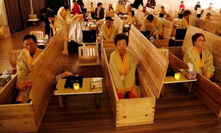 Những người tham gia trải nghiệm chết thử tại một nhà tại một trung tâm phục hồi ở Seoul, Hàn Quốc hôm 31/10. Ảnh: Reuters.