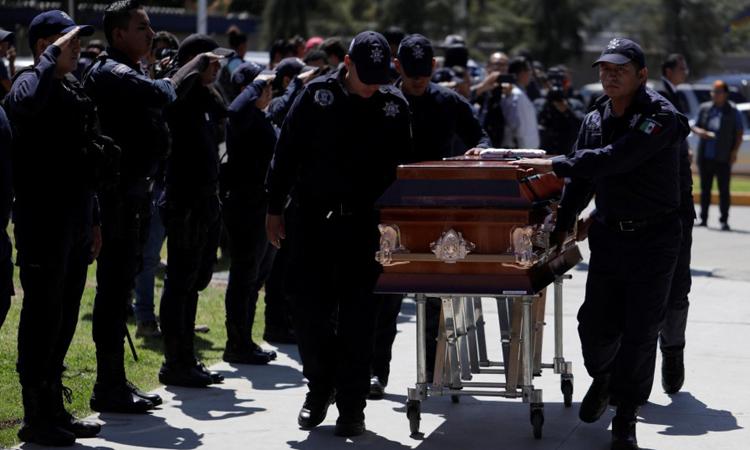 Lễ tưởng niệm các nạn nhân bị băng đảng phục kích tổ chức tại thành phố Morelia, bang Michoacan, Mexico hôm 15/10. Ảnh: Reuters.