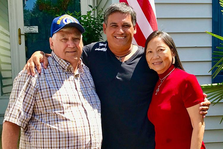 Kirk Kellerhals và cha mẹ ruột vừa tìm thấy ở Mỹ. Ảnh: People