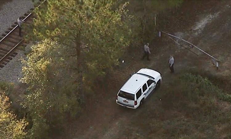 Cảnh sát hạt Robeson, bang Bắc Carolina tìm kiếm nghi phạm Jericho W. gần một tuyến đường sắt hôm 5/11. Ảnh: WTVD.