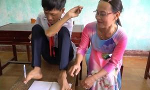 Học sinh 22 tuổi viết chữ bằng chân