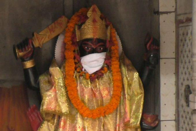 Một bức tượng thần được đeo khẩu trang tại đền Shiv-Parvati ở thành phố Varanasi, bang Uttar Pradesh, miền bắc Ấn Độ. Ảnh: Priya Jain