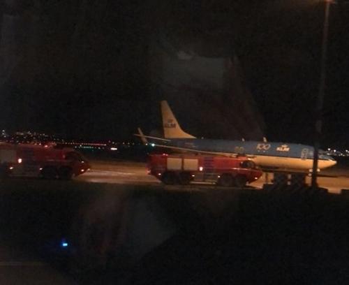 Phương tiện phản ứng khẩn cấp được điều động ở sân baySchiphol ngày 6/11. Ảnh: Twitter/BRamezanpour.