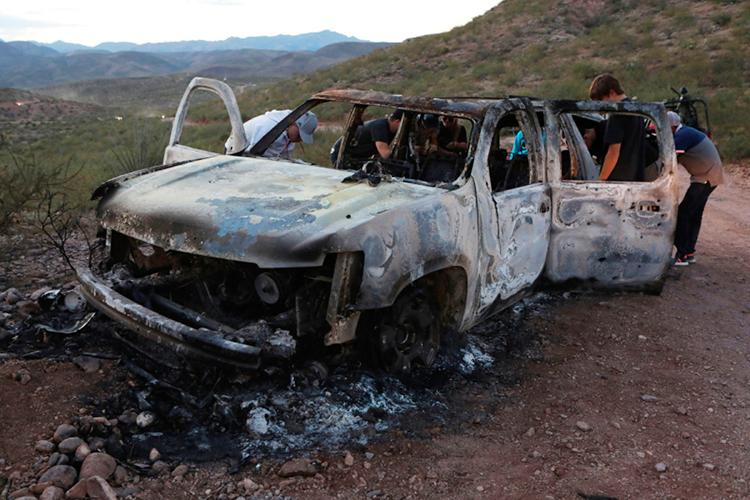 Một trong ba chiếc xe bốc cháy trơ khungsau vụ tấn công. Ảnh: AFP
