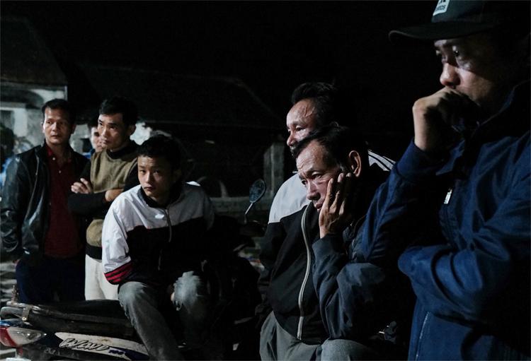 Hàng xóm ngóng chờ tin tức của anh Nguyễn Thọ Tuân. Ảnh: Ngọc Thành