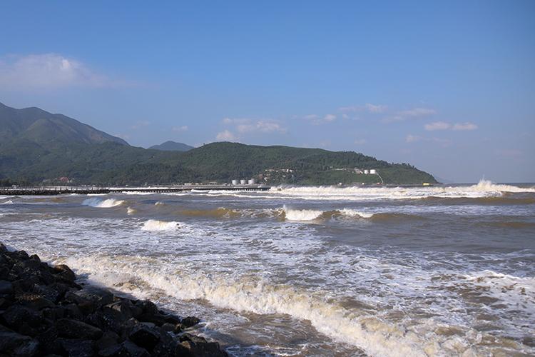 Vị trí xây dựng cảng Liên Chiểu nằm sát với đèo Hải Vân, phía đối diện qua vịnh Đà Nẵnglà cảng Tiên Sa. Ảnh: Nguyễn Đông.