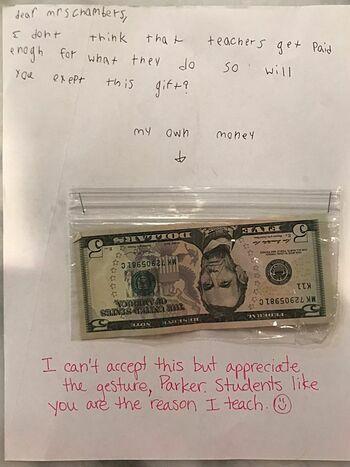 Số tiền 15 USD kèm mảnh giấy nhắn của Parker và cô Chambers. Ảnh: Jennifer Williams