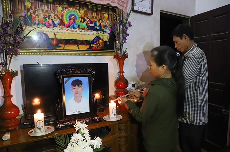 Tối 7/11 bố mẹ nạn nhân Nguyễn Đình Lượng ở Can Lộc, Hà Tĩnh liên tục thắp hương trước di ảnh con trai. Ảnh: Đức Hùng.