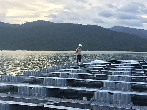 Công nhân kiểm tra hệ thống phao tại Dự án Nhà máy Điện mặt trời nổi hồ Đa Mi.