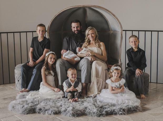 Rhonita Marie Miller, một trong ba người mẹ, thiệt mạng cùng 4 con, trong đó có 2 bé song sinh mới 7 tháng tuổi. Ảnh: CBS News