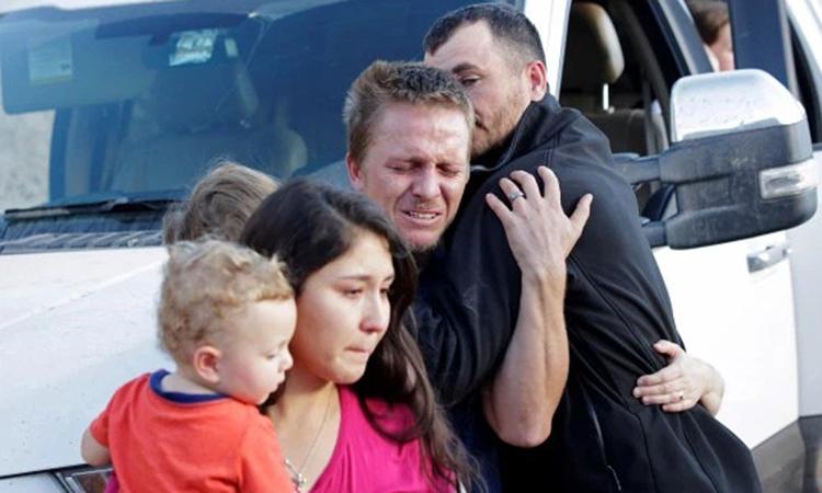 Gia đình các nạn nhân đau khổ khi đến hiện trường vụ tấn công ở bang Sonora, Mexico hôm 5/11. Ảnh: Reuters.