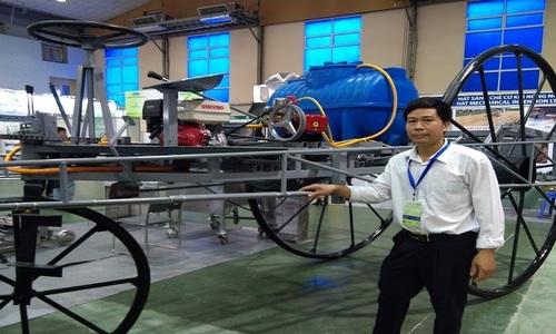 Nông dân chế tạo máy phun thuốc trừ sâu khổng lồ