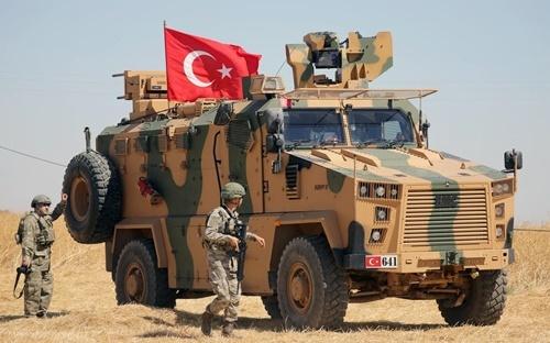 Các binh sĩ Thổ Nhĩ Kỳ tuần tra gần biên giới Syria ngày 8/9. Ảnh: Reuters.