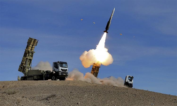 Iran thử nghiệm tên lửa phòng không Sayyad 2 trong một cuộc diễn tập tháng 11/2018. Ảnh: AP.