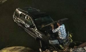 Ôtô đâm 3 xe máy rơi xuống kênh