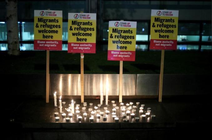 Người dân Anhthắp nến tưởng niệm 39 người chết ở Essex, bên ngoài tòa nhà chính phủ ở London . Ảnh: Reuters.