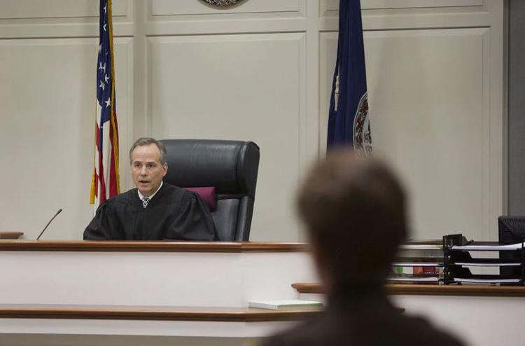 Stephen C. Mahan, thẩm phán phụ trách phiên tòa ngày hôm đó. Ảnh: Todd Spencer/The Virginian-Pilot.