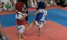 Hai võ sĩ nhí đấu Taekwondo khiến võ đường bật cười