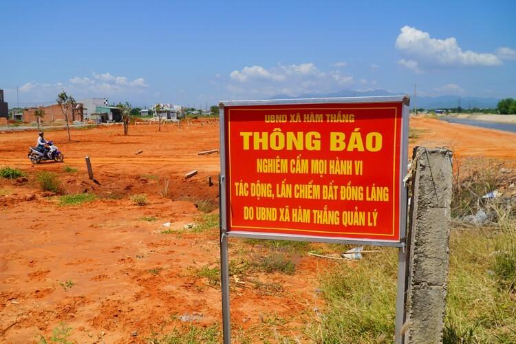 Một khu đất công của xã Hàm Thắng bị xâm chiếm, san nền phân lô trái phép. Ảnh: Việt Quốc
