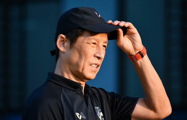 HLV Akira Nishino theo dõi đội U22 Thái Lan tập luyện tại Buriam, ngày 7/11.