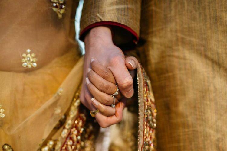 Một cặp đôi Ấn Độ nắm tay nhau. Ảnh: Straits Times.