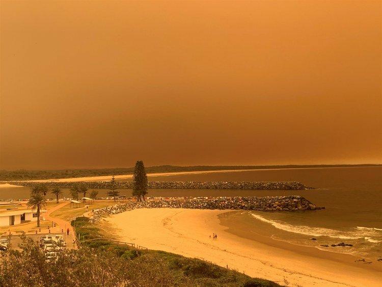 Bầu trời bờ biển bắc bang New South Wales chuyển sang màu cam vì cháy rừng hôm 7/11. Ảnh: Twitter/Nick McLoren.