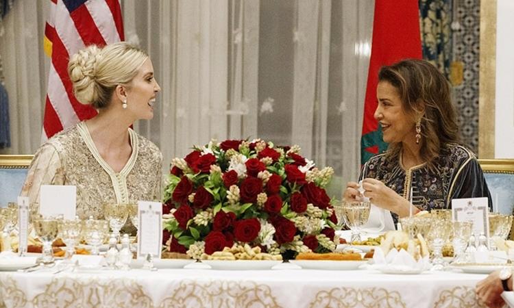 Ivanka Trump (trái) và công chúa Meryem vui vẻ trò chuyện trong buổi dạ tiệc ở cung điện hoàng gia Morocco tại thủ đô Rabat tối 7/11. Ảnh: AP.