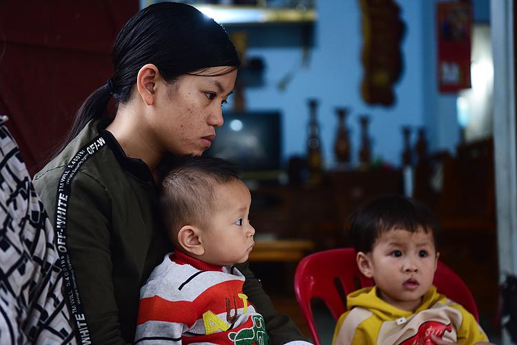 Chị Thái Thị Giang có chồng là Cao Huy Thanh mất tích từ ngày 22/11 ôm con nhỏ, thẫn thờ trong ngôi nhà ở xã Diễn Ngọc, huyện Diễn Châu (Nghệ An).
