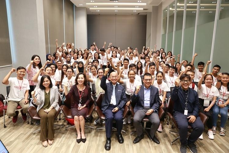 13sinh viên Việt Nam truyền cảm hứng từ những chia sẻ củaBan lãnh đạo cấp caoSCG.