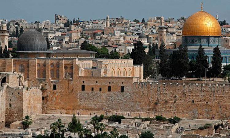 Một góc Thành phố Cổ Jerusalem với Nhà thờ mái vòm (phải)và Nhà thờ Hồi giáo Al-Aqsa. Ảnh: AFP.