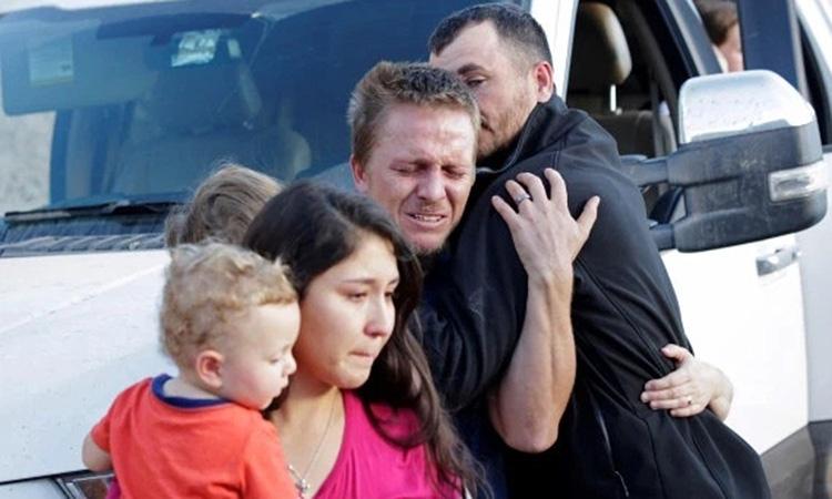 Thân nhân của 9 mẹ con bị băng đảng sát hại tới hiện trường vụ tấn công ở bang Sonora, Mexico hôm 5/11. Ảnh: Reuters.